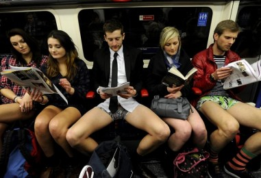 Без штанов, в московском метро. Видео по теме. #ЯтакДУМАЮ